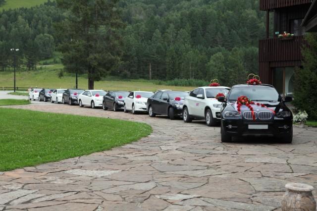 Кортеж из 10 автомобилей. БМВ Х6 и Тойота камри